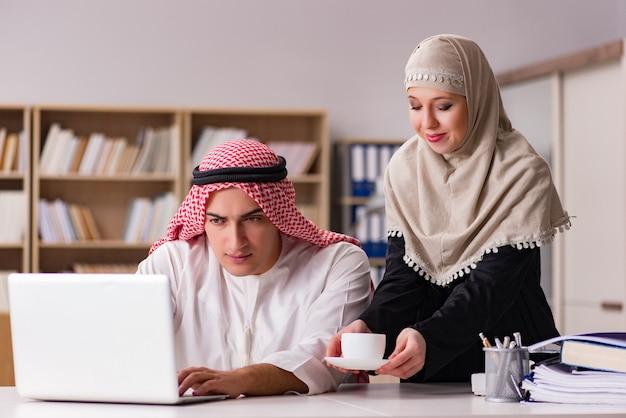 Par, de, homem árabe, e, mulher
