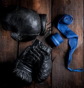 Par de luvas de boxe de couro preto muito antigo