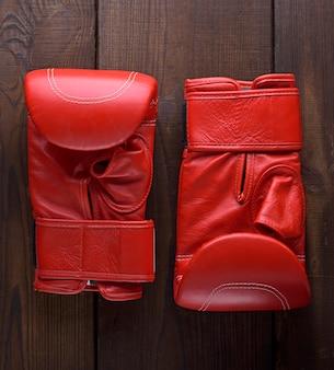 Par de luvas de boxe vermelhas de couro