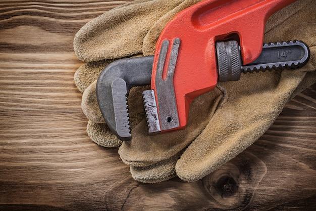 Par de luvas de proteção de couro chave para cachimbo na placa de madeira