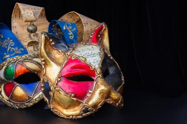 Par de máscaras de carnaval veneziano de gato e bobo