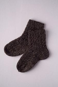 Par de meias pretas de lã tricotada à mão quente para o inverno frio, isolado