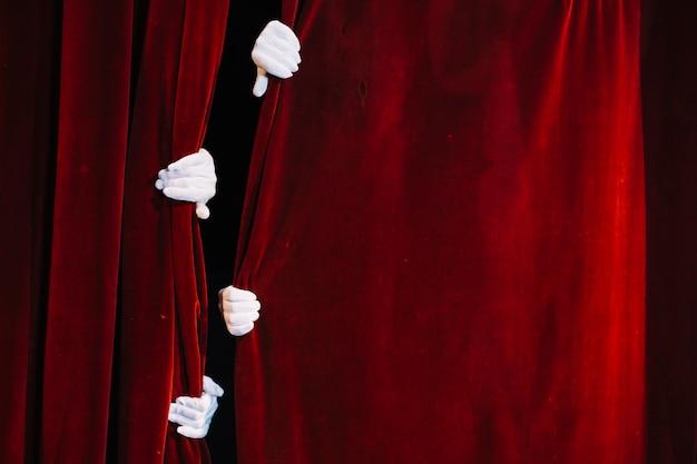 Par, de, mime, mão, segurando, fechado, cortina vermelha