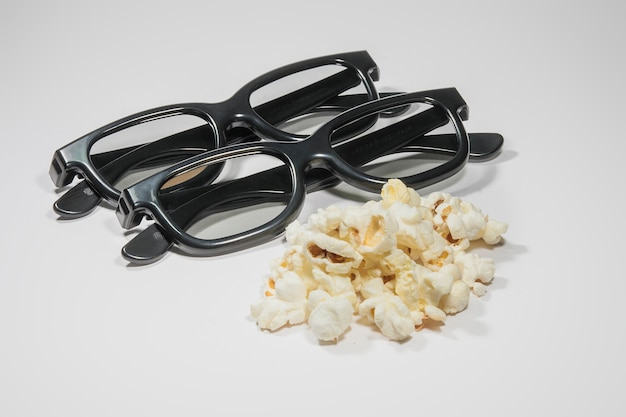 Par de óculos 3d e pipoca salgada