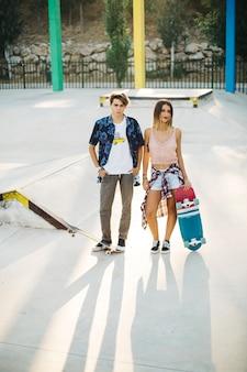 Par de patinadores no skatepark