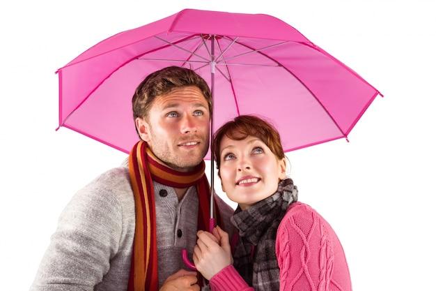Par de pé debaixo de um guarda-chuva