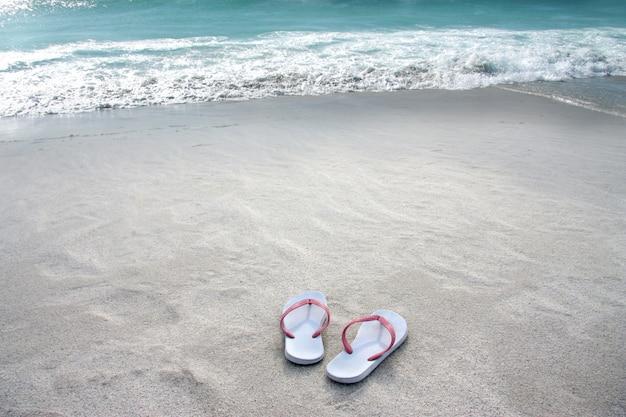 Par de sandálias na praia