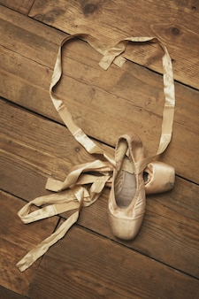 Par de sapatilhas com fita em forma de coração