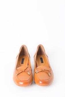 Par de sapatos de couro de mulheres isolado no branco