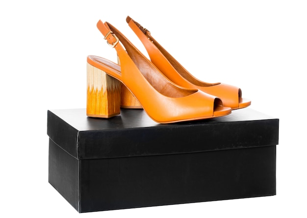 Par de sapatos de couro de salto alto moda feminina com perfil de vista lateral na caixa preta