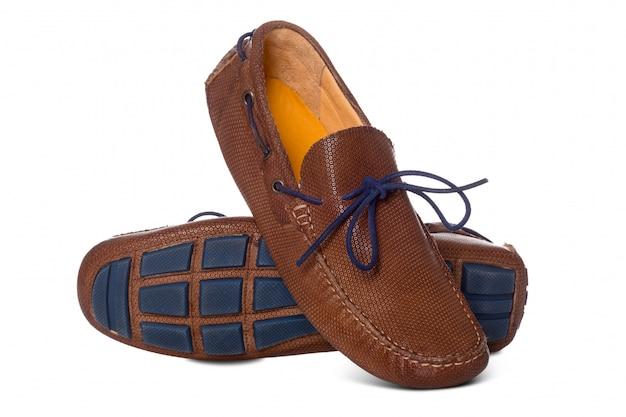Par de sapatos de moda de barco de couro de homens com perfil de vista lateral isolado no branco