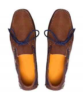 Par de sapatos de moda de barco de couro de homens com perfil de vista superior isolado no branco