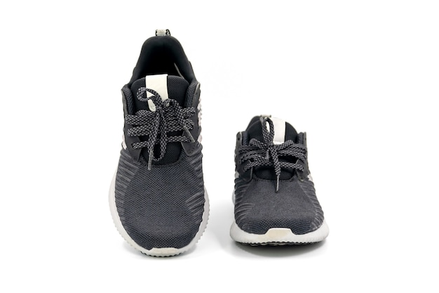 Par de sapatos de moda e esporte de cor preta, isolado no fundo branco.