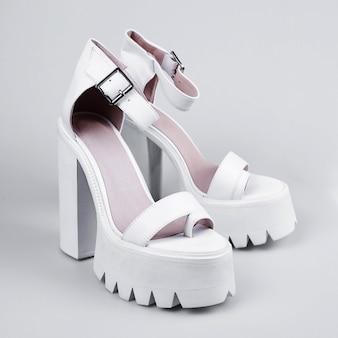 Par de sapatos de salto alto brancos