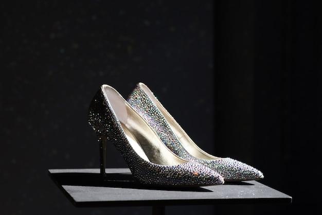 Par de sapatos elegantes de salto alto decorados com strass brilhantes
