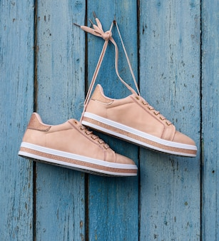 Par de sapatos femininos bege