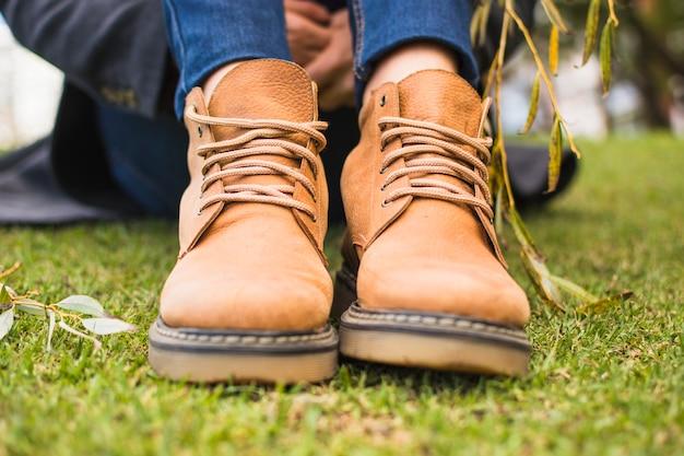 Par de sapatos na grama de outono