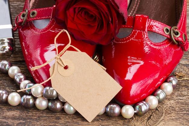 Par de sapatos vermelhos com flor rosa e acessórios femininos