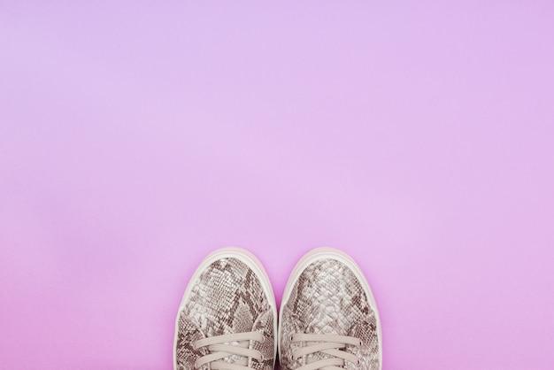 Par de tênis da moda em roxo