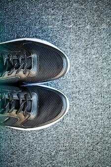 Par de tênis novos e elegantes no chão em casa.