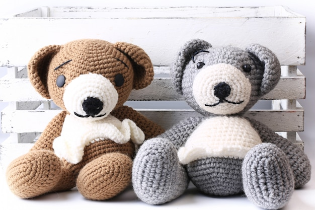 Par de ursos de malha feitos à mão amam o dia dos namorados