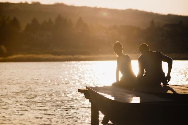 Par, desfrutando, pôr do sol, cais