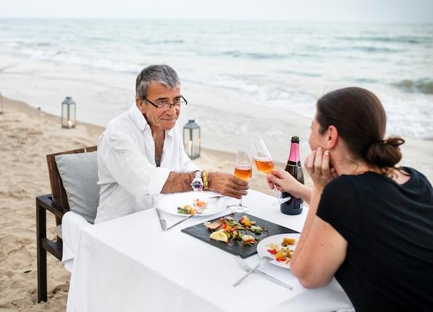 Par, desfrutando, um, romântico, jantar, praia