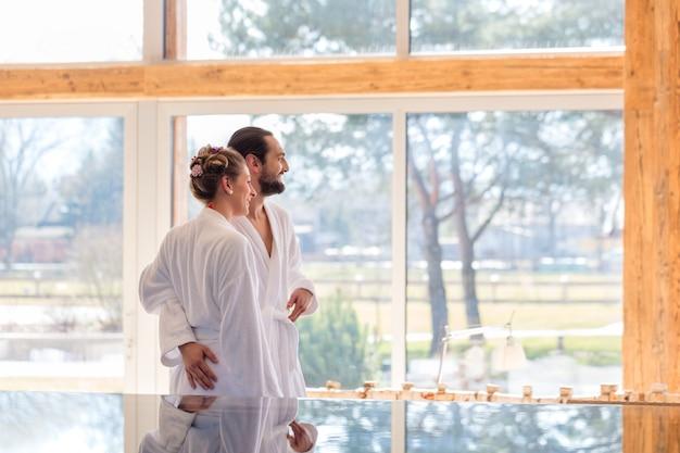 Par, desfrutando, vista, ligado, wellness wellness, piscina