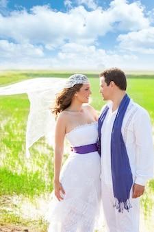 Par, em, dia casamento, com, vento, véu