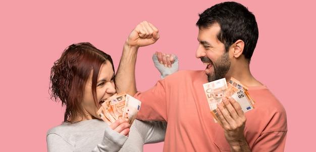 Par, em, dia valentine, levando, um, muito, dinheiro, sobre, isolado, fundo rosa