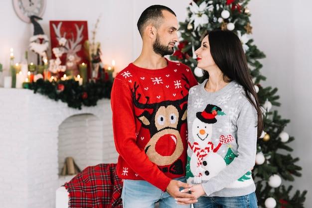Par, em, natal, camisolas, segurando, mãos