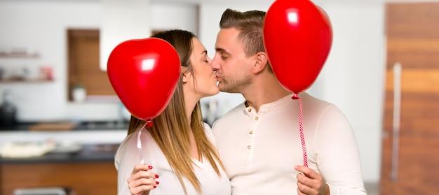 Par, em, valentine, dia, com, balões, com, forma coração, em, um, casa
