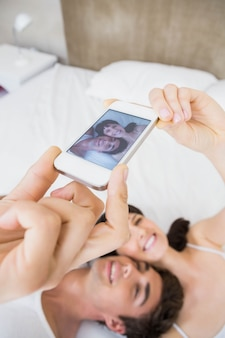 Par, encontrar-se cama, e, levando, um, selfie, ligado, telefone móvel