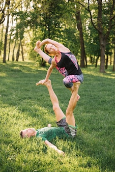 Par, equilibrar, e, esticar, músculo, enquanto, fazendo, acro, ioga