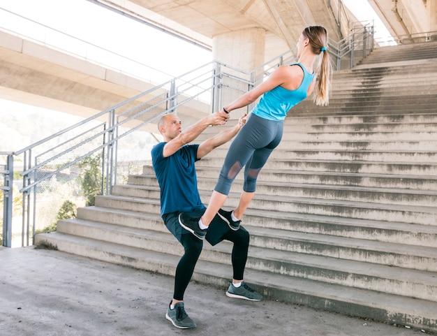 Par, exercitar, malhação aptidão, aeróbica, postura, perto, a, escadaria