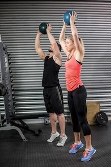 Par, fazendo, bola, exercício, em, ginásio