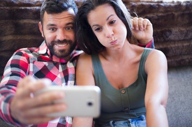 Par, fazer, engraçado, expressão, enquanto, levando, selfie, ligado, cellphone