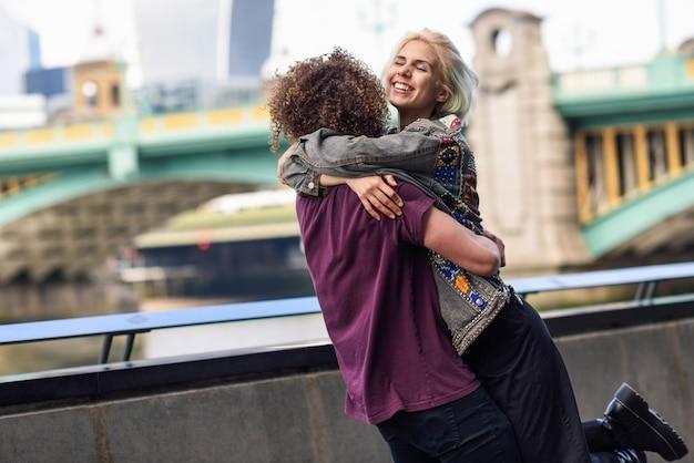 Par feliz, abraçando, perto, a, southwark, ponte, sobre, rio thames, londres