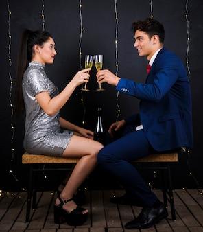 Par feliz, clanging, copos champanha