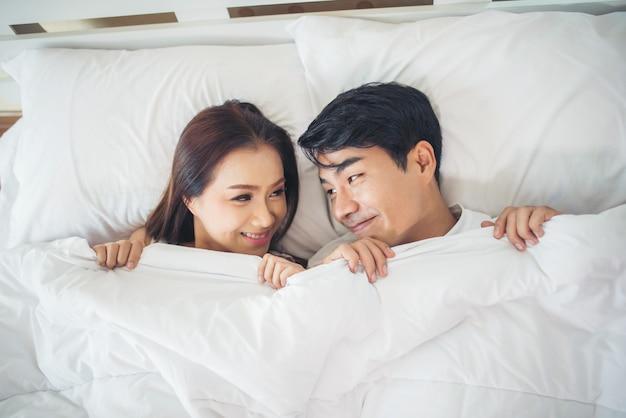 Par feliz, mentindo, junto, cama