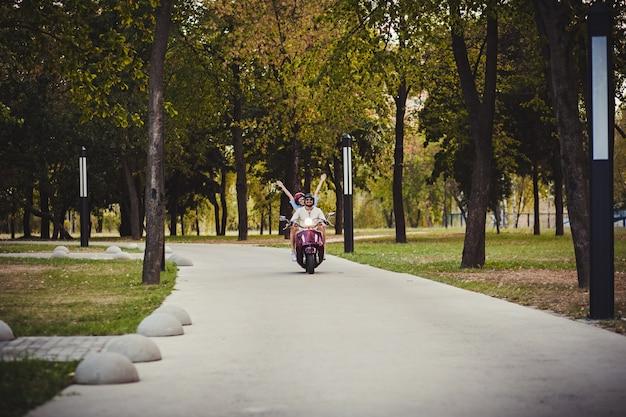 Par feliz, montando, um, scooter