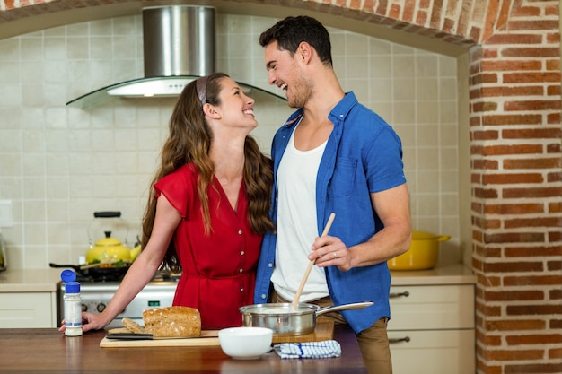 Par feliz, olhando um ao outro, e, rir, enquanto, preparar, alimento, cozinha