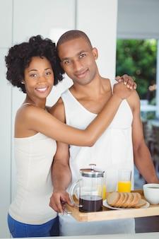 Par feliz, segurando, bandeja café manhã, cozinha, casa