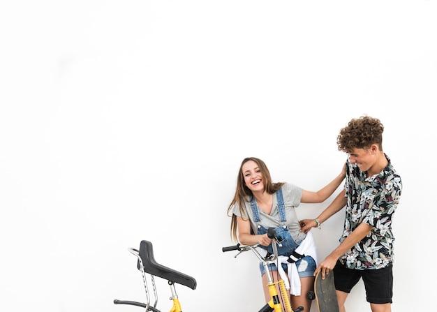 Par, ficar, contra, branca, fundo, segurando, bicicleta, fazer sarro