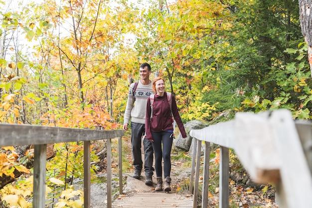 Par, hiking, em, a, madeiras, em, outono