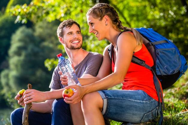 Par, hiking, em, verão, bebendo, água