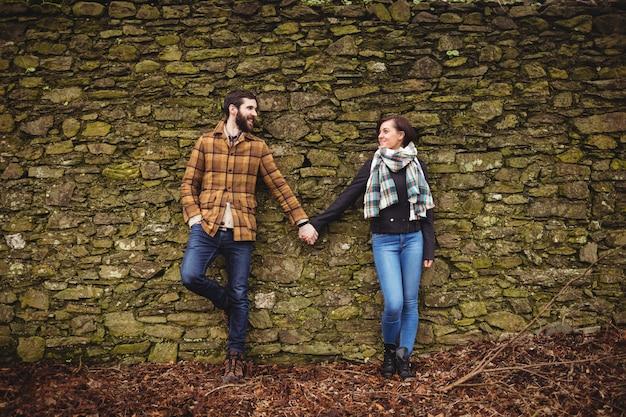 Par, inclinar-se, contra, parede pedra