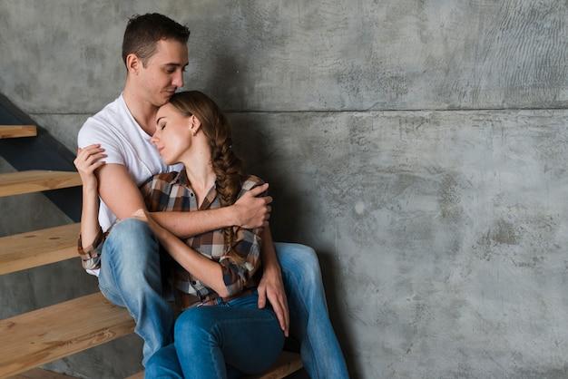Par jovem, abraçando, ligado, passos, casa