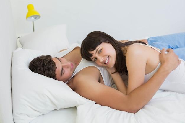 Par jovem, abraçar, cama, em, quarto