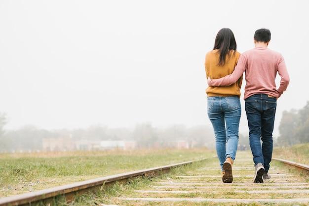 Par jovem, abraçar, caminhando, trilhas